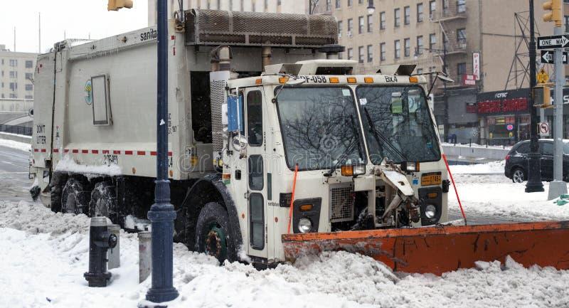 NYC-Hygiene mit Pflug-LKW parkte im Schnee im Bronx lizenzfreie stockbilder