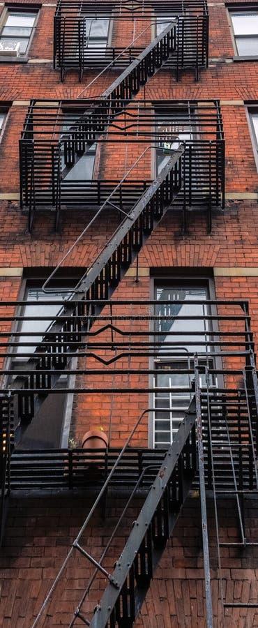 NYC-hyreshus med den synliga brandflykten royaltyfri bild