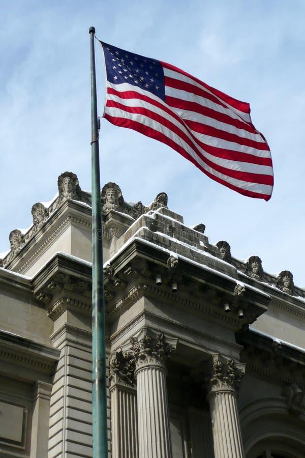 NYC : Indicateur des USA au-dessus de la construction historique image libre de droits