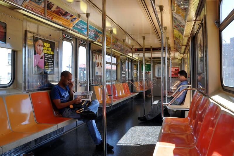 NYC: Interiore dell'automobile di sottopassaggio del MTA fotografie stock