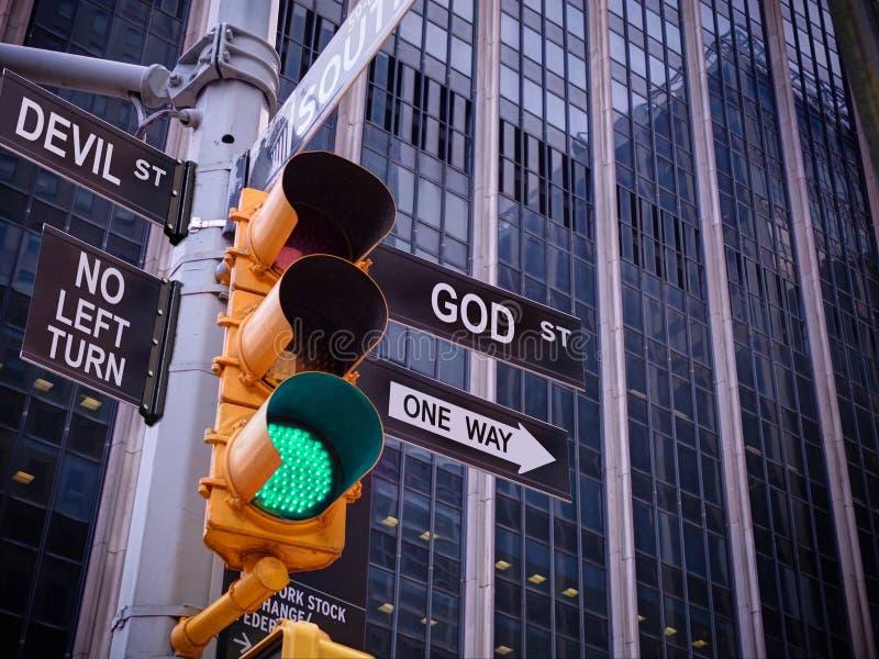 NYC Izolują ulicznego żółtego ruchu drogowego zielonego światła czerni pointeru przewdonika Jeden sposób bóg Żadny sposób, żadny  obrazy stock