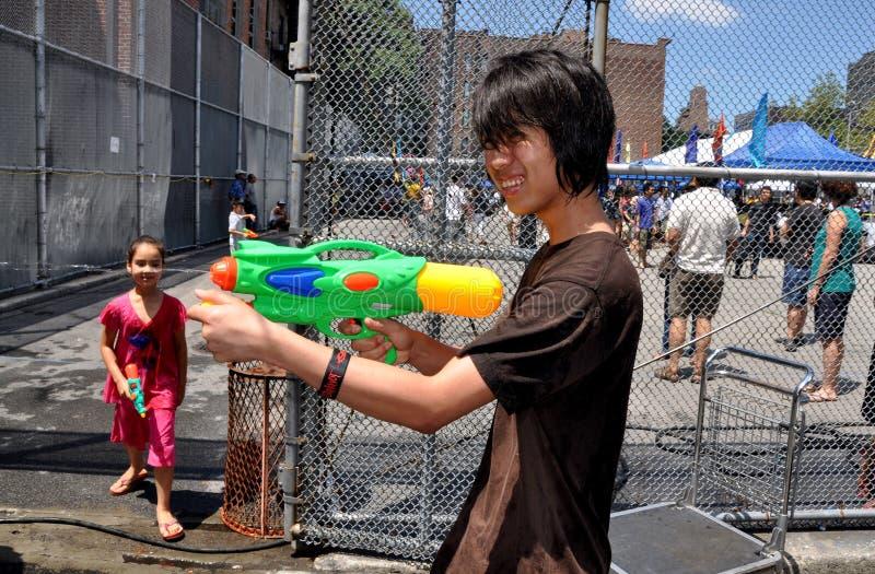 NYC: Jugendlich mit Wasser-Gewehr am birmanischen Festival lizenzfreie stockbilder