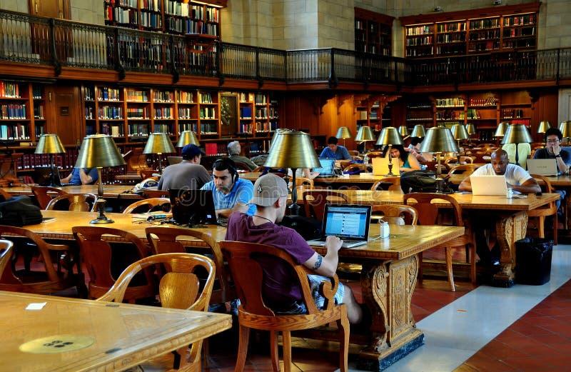 NYC: La gente che per mezzo dei computer alla biblioteca pubblica di NY fotografia stock