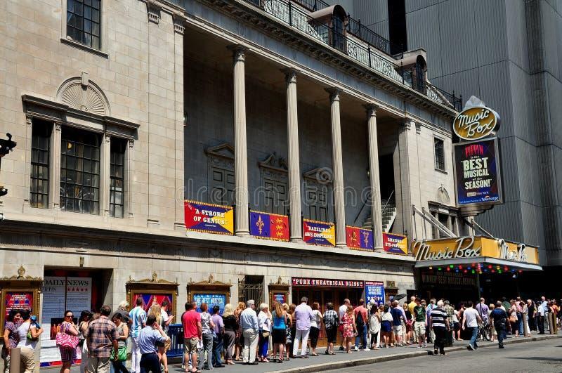 NYC: La gente online per comprare i biglietti a renetta immagine stock