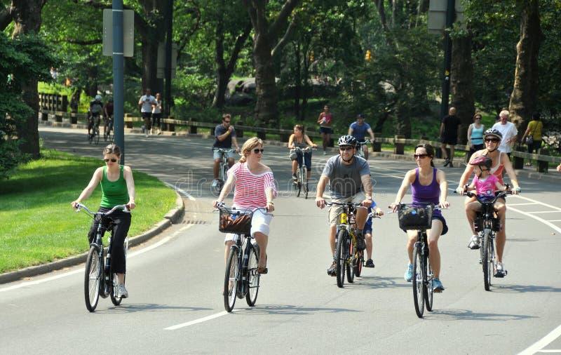 NYC : Les gens faisant du vélo dans Central Park image stock
