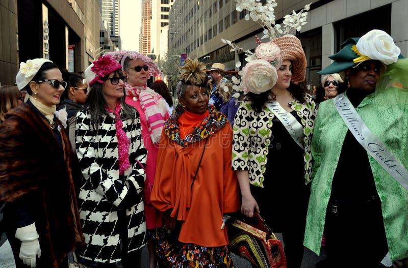 NYC: Leute bei Ostern-Parade 2014 stockbilder