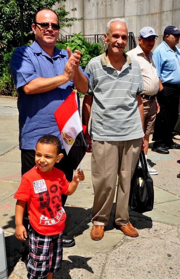 NYC: Little Boy com a bandeira egípcia na demonstração fotos de stock royalty free