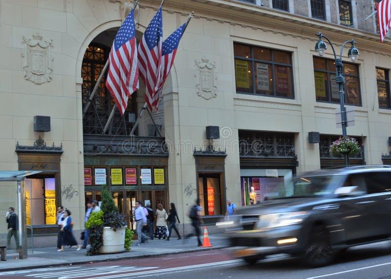 NYC Lord und Taylor Midtown Manhattan Department Store, die beschäftigte Stadt-Straßen-Leute-Hauptverkehrszeit aufbauen lizenzfreie stockfotografie
