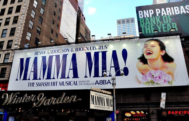 NYC: Mamma Mia Billboard på wintergardenteatern royaltyfri fotografi