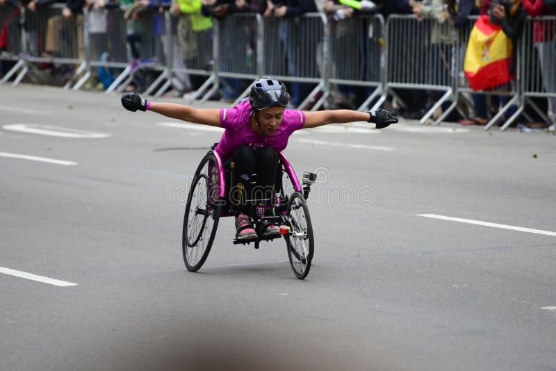2017 NYC-Marathon - Rollstuhl-Frau lizenzfreie stockfotografie