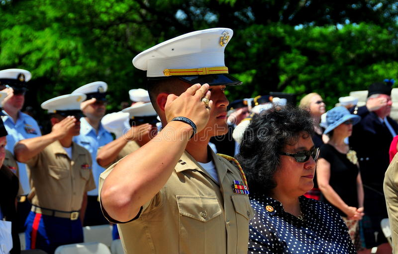 NYC: Marine Saluting en la ceremonia de Memorial Day imagenes de archivo