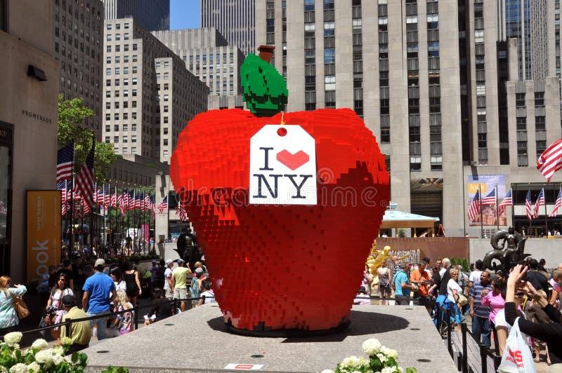 NYC: Mattone grande Apple di LEGO al centro della roccia immagini stock