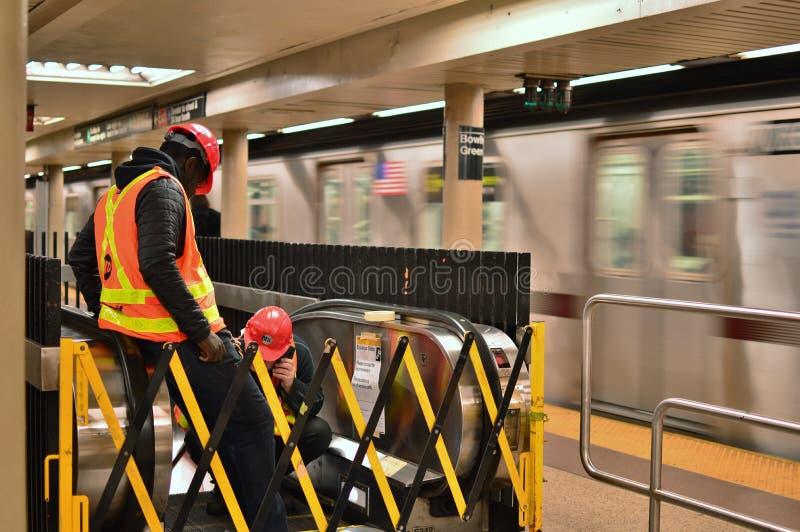 NYC metra pracownika MTA pracownika Miasto Nowy Jork naprawiania stacja obrazy stock