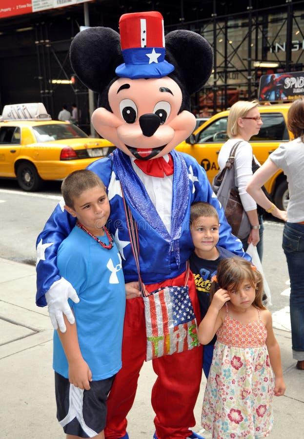 NYC: Mickey Mouse y cabritos en Midtown fotografía de archivo