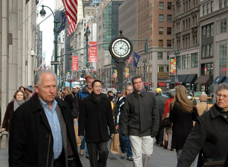 NYC: Muchedumbres de gente en Quinta Avenida imagen de archivo libre de regalías