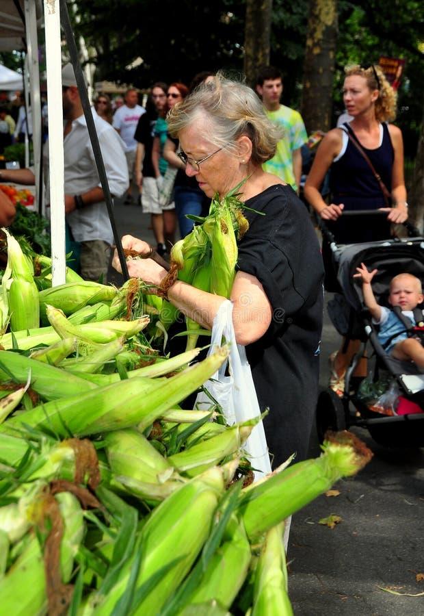 NYC: Mujer que compra maíz dulce fresco en el mercado del granjero fotos de archivo libres de regalías