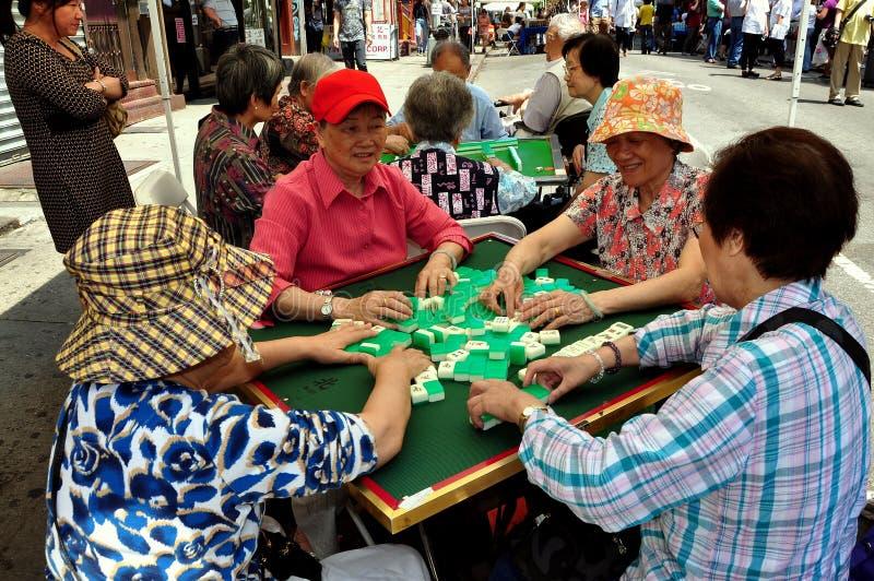 NYC: Mulheres chinesas que jogam Mahjong foto de stock