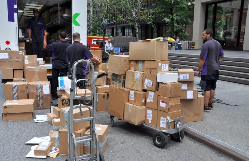 NYC: Operai del FEDERAL EXPRESS sul viale di sosta fotografia stock libera da diritti