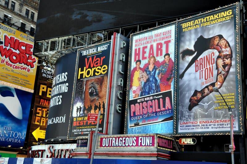 NYC : Panneaux-réclame géants dans le Times Square photo libre de droits