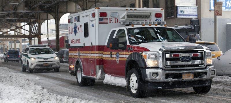 NYC-Parkfahrzeug und -krankenwagen während des Schnees stürmen im Bronx lizenzfreies stockfoto