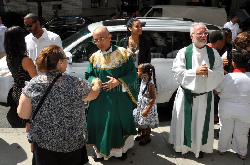 NYC: Paroquianos do cumprimento do padre imagem de stock royalty free