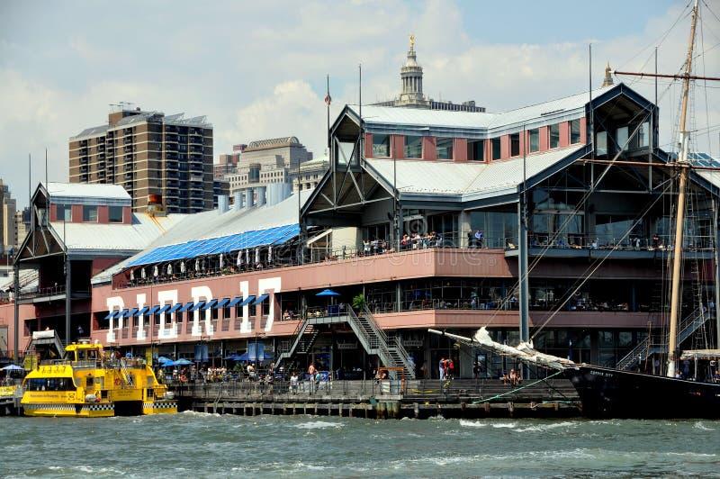 NYC: Pijler 17 bij de Zeehaven van de Straat van het Zuiden stock fotografie
