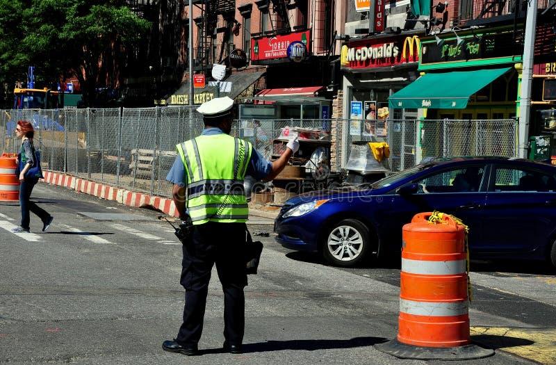 NYC:  Polizist-Richtungs-Verkehr auf 9. Allee stockbild