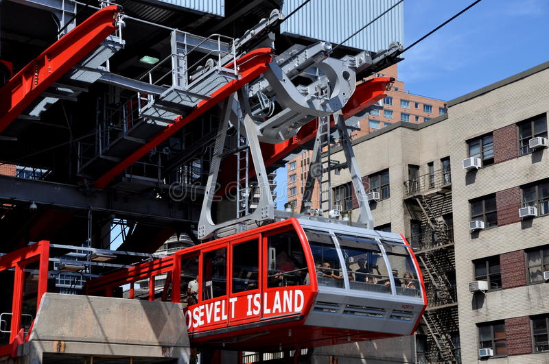 Download NYC:  Roosevelt Avenue Tram Editorial Photo - Image of filled, river: 20981176