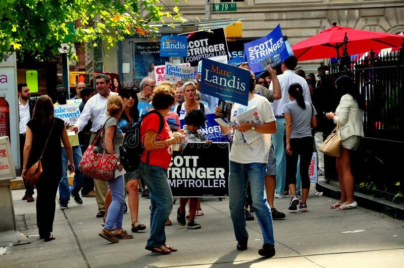 NYC: Se ofrece voluntariamente hacer campaña para los candidatos Democratic foto de archivo