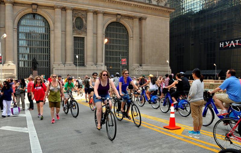 NYC: Sommargator lördag på Park Avenue arkivbilder