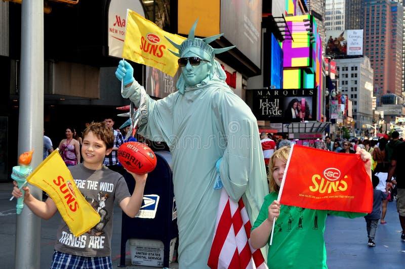 NYC: Standbeeld van Liberty Mime met Kinderen royalty-vrije stock foto's