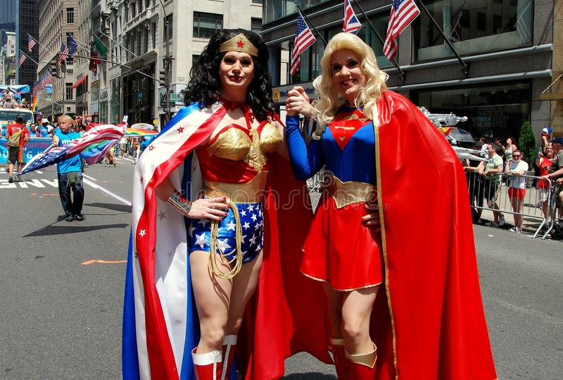NYC: Supergirl i cud kobieta przy Homoseksualnej dumy paradą obrazy stock