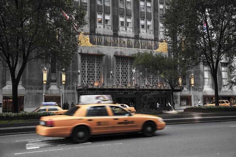 NYC taxi jedzie Waldorf Astoria sławny hotel, lokalizować przy zdjęcia royalty free