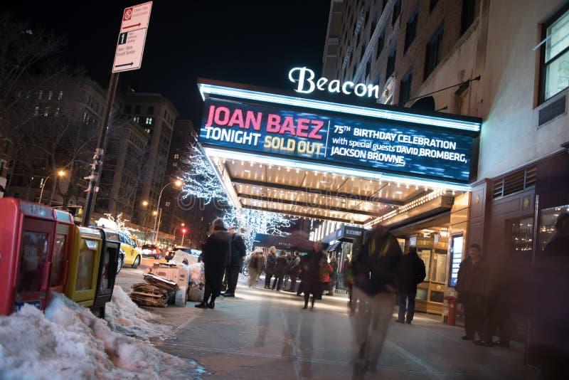 NYC, U.S.A. - 1/27/2016: Folla fuori del teatro del segnale dopo la manifestazione di Joan Baez fotografie stock