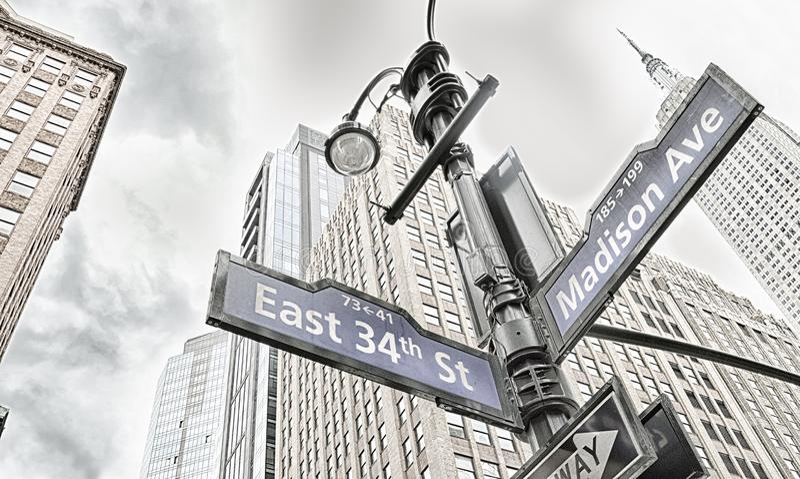 nyc undertecknar gatan royaltyfria foton