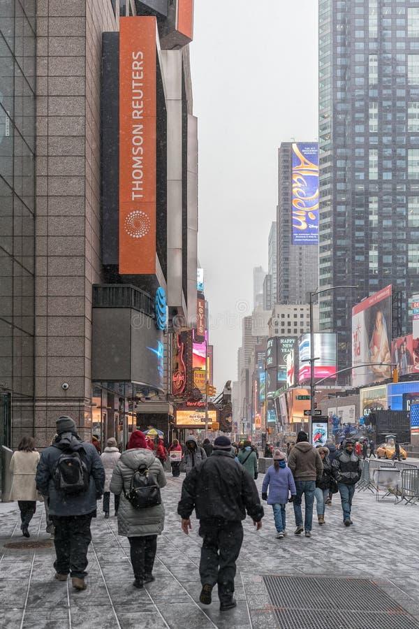 NYC/USA - 29个DEZ 2017年-走在时代广场,纽约的人们 免版税库存照片