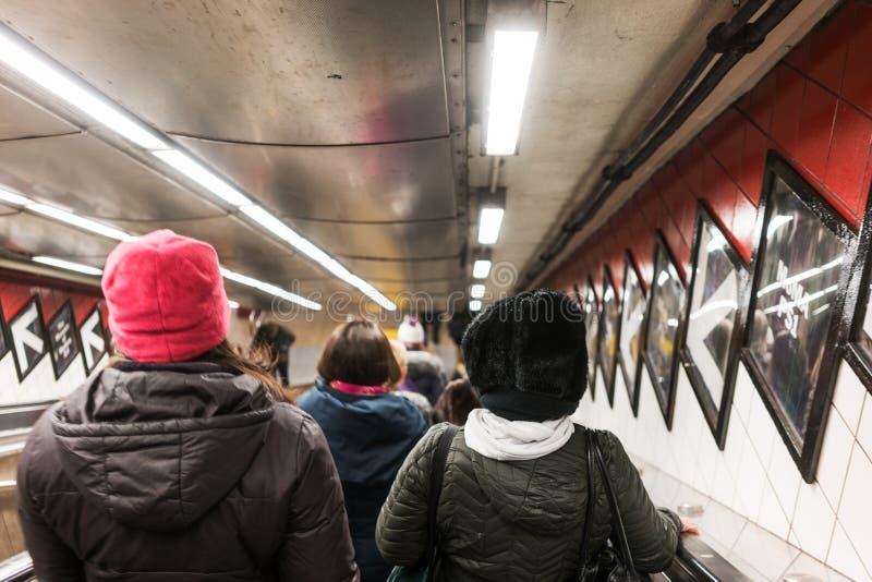 NYC/USA 2 de enero de 2018 - gente que va abajo de las escaleras del subterráneo de Nueva York foto de archivo