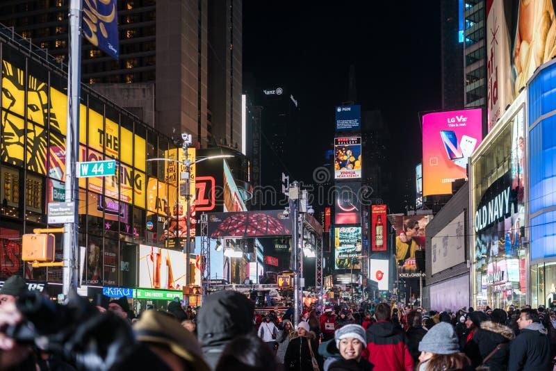 NYC/USA 31 DEZ 2017年-走在时代广场,纽约的人们在夜之前 免版税库存图片