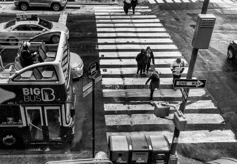 NYC/USA - 29 DEZ-2017 Menschen, die den Zebrastreifen gesehen von oben genanntem in New York, Schwarzweiss-Version kreuzen stockfotos