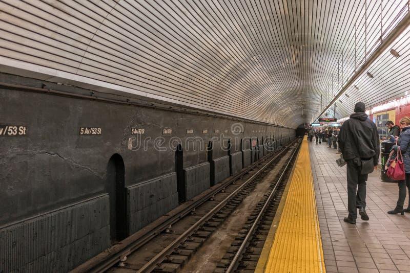 NYC/USA 03 januari 2018 - mensen die op de metro in New York Manhattan wachten royalty-vrije stock fotografie