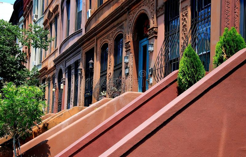 NYC: Västra 120. gatarödbruna sandstenar i Harlem royaltyfria foton