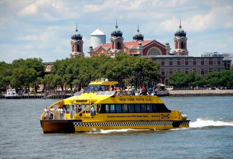 NYC: Wasser-Rollen und Ellis Island lizenzfreie stockfotos