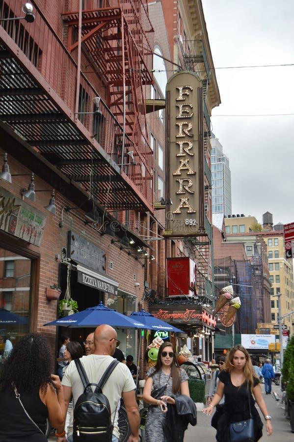 NYC wenig Italiens Ferrara gehende gedrängte NYC niedriger Ostseiten-im Stadtzentrum gelegene Straße der Bäckerei-Zeichen-Leute- lizenzfreie stockfotos