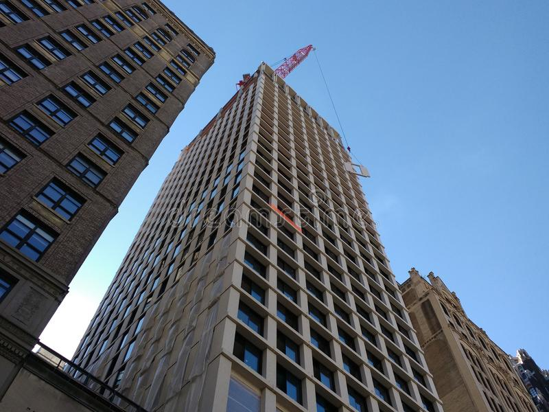 NYC-Wolkenkrabberbouw, Crane Lifting Building Material, Crane Operation, Manhattan, NYC, NY, de V.S. stock afbeelding