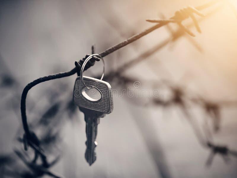 Nyckel- hängningar på försett med en hulling ett rostigt - tråd arkivbilder