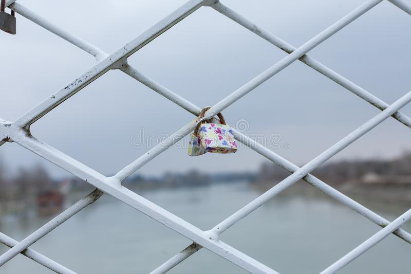 Nyckel- lås på ett staket av bron royaltyfria bilder
