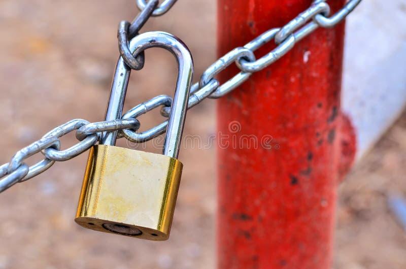 Nyckel- lås som låsas med kedjan royaltyfri fotografi