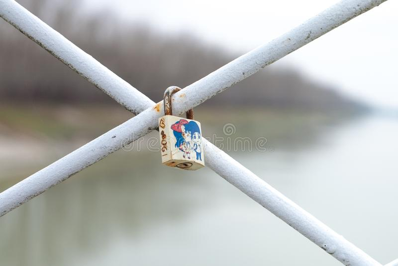 Nyckel- l?s p? ett staket av bron royaltyfri bild
