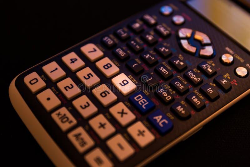 Nyckel- nummer nio av tangentbordet av en vetenskaplig räknemaskin arkivfoto