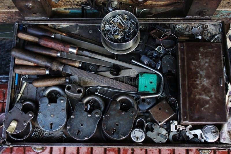 Nyckel- tillverkarehjälpmedel och gamla lås på lagret, Pune, Maharashtra arkivbild
